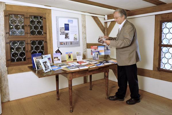 Verlagsleiter Martin Backhouse stellt die bei ihm erschienenen Titel vor.