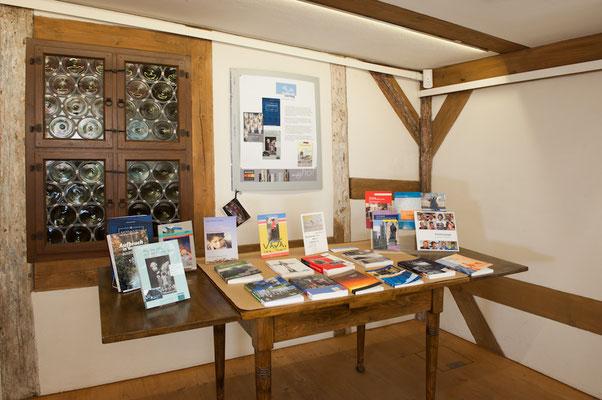 Büchertisch des mabase-verlags in der Ausstellung.