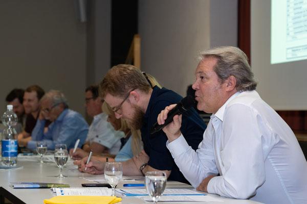 Ruedi Lussi, Finanzvorstand des Quartiervereins, informiert über die Jahresrechnung.
