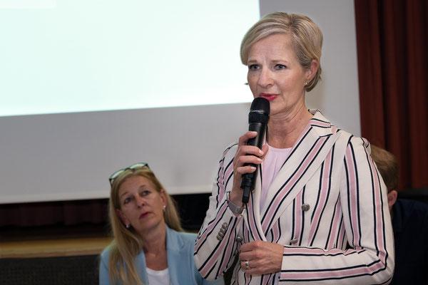 Nach dem traditionellen Nachtessen greift Baudirektorin Manuela Jost als erste zum Mikrofon.
