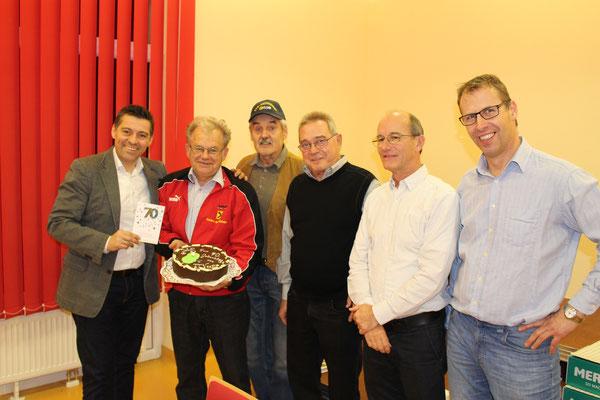 Altsektionsleiter Reinhard Graf konnte im Rahmen der Weihnachtsfeier des TTV Sierndorf gefeiert werden! 70 Jahre zierte die Torte.