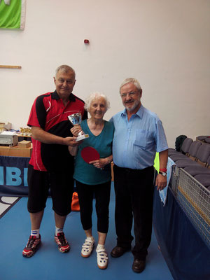 Margit Schieder erhielt aus den Händen von Ferenc Karsai und Istvan Bajdik einen Ehrenpreis als älteste Teilnehmerin mit 90 Jahren.