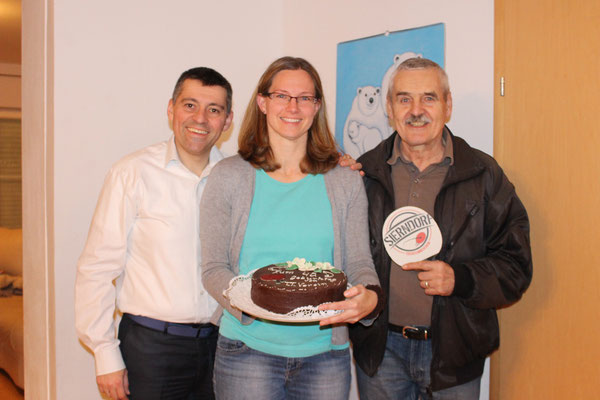 Martina Wilder wurde an ihrem Geburtstag von Helmut Faltinger mit einer Torte überrascht.