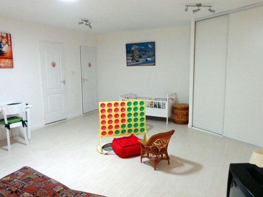 Une salle modulable à l'étage avec jeux pour enfants
