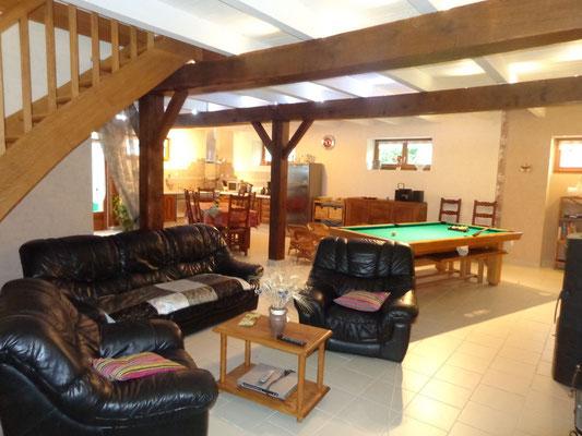 Un salon avec télé