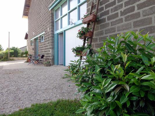 Le gîte vu de derrière - Salon de jardin à l'abri des regards