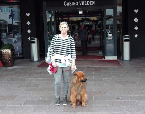ein Eurasier von Welt vor´m Casino :-)))