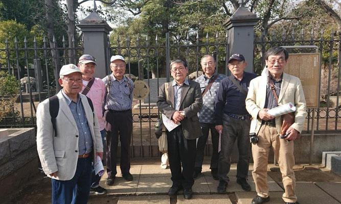 徳川慶喜墓の前で