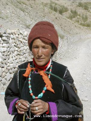 una donna in costumi tipici nella valle dello Zanskar- Ladakh- India