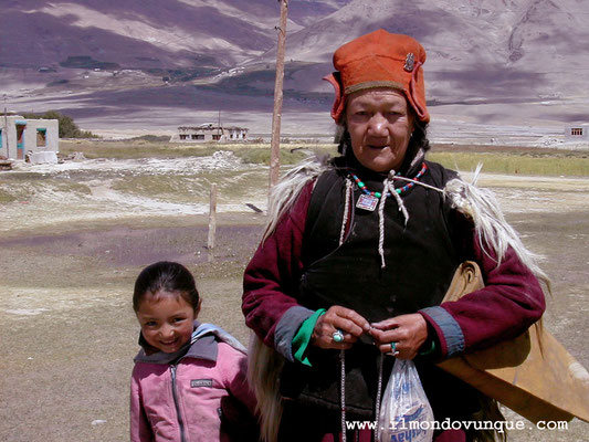 Nonna e nipotina nella valle dello Zanskar- Ladakh- India
