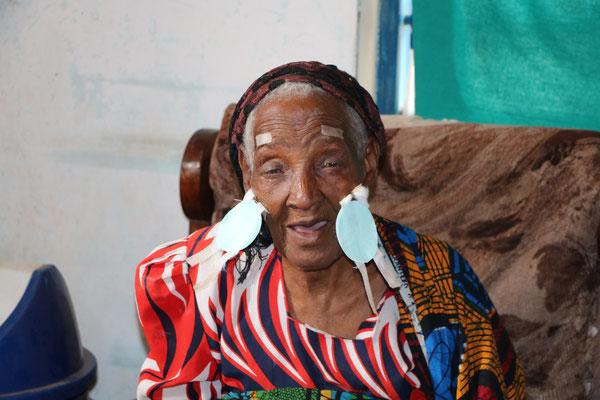 Yungi, Sie wurde auch an beiden Augen am grauen Star operiert