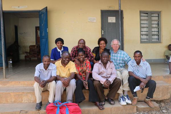 Dr. Grasbon mit seinem Team in Mpanda
