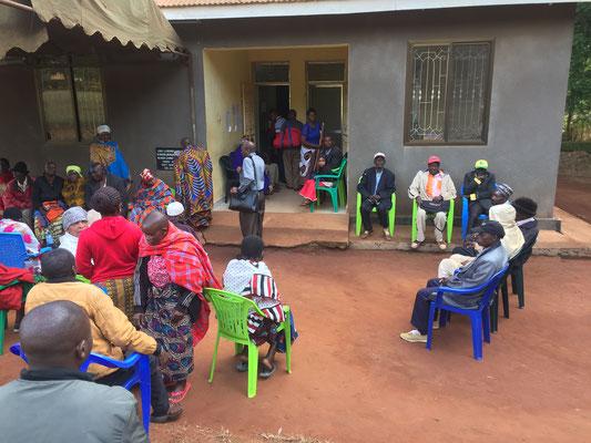 warten vor der Eye-Clinic in Mbinga