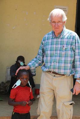 Francis, einige Tage nach der OP, jetzt kann er in die Schule gehen