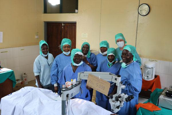 Das Team mit Dr. Grasbon nach seiner 5000. Operation in Afrika