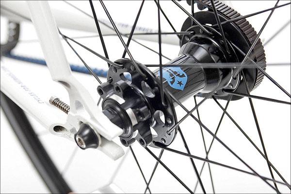 Fixie Inc. Peacemaker: Flip-Flop Hinterradnabe mit Freilauf auf der einen und Fixed Gear auf der anderen Seite – Wechsel durch Drehen des Laufrades. Edelstahl-Ausfallenden mit integriertem Kettenspanner.