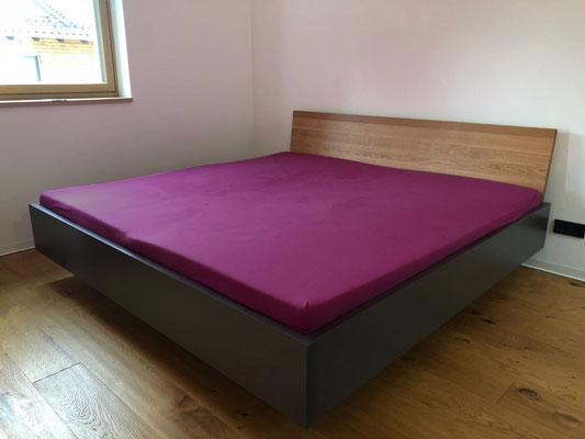 Bett freischwebend mit massivem Betthaupt in Eiche geölt