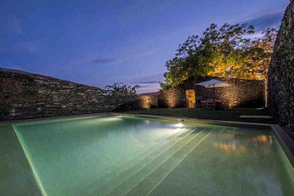 Bei Tag und Nacht einladend: der Pool