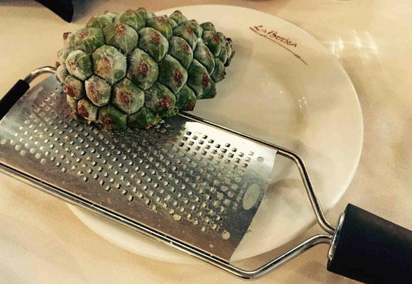 Den gefrorenen Pinienzapfen reibt man über die Wurst