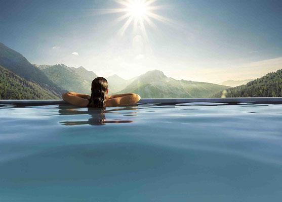 Schwimmen mit Aussicht: Der Außenpool im Panoramahotel Oberjoch
