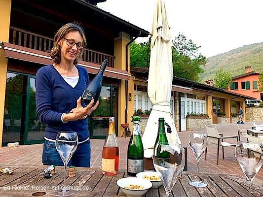 Gastfreundlich: Francesca lässt uns die Franciacortas von Al Rocol probieren