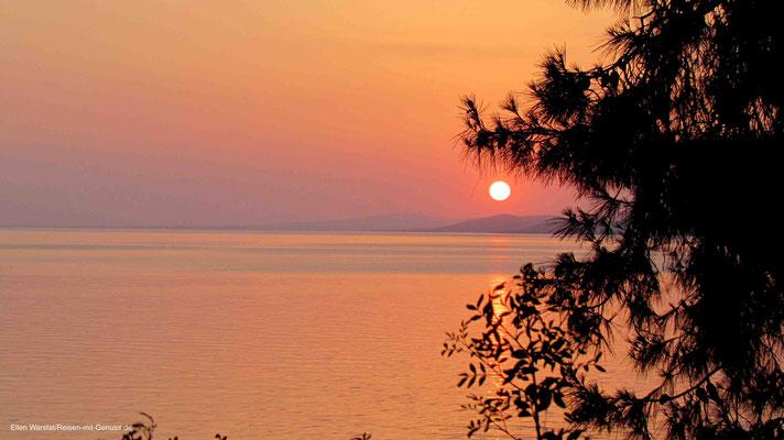 Blick aufs Meer von der Taverne des Hotels Virginia bei Sonnenuntergang