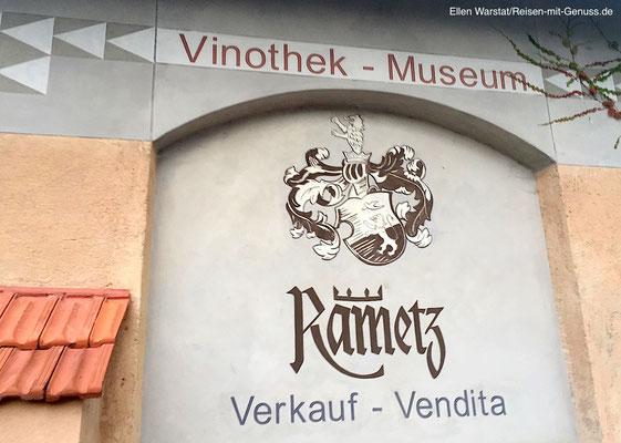 In der Vinothek gibt's neben den hauseigenen Weinen und Sekten Spezialitäten aus Südtirol wie Schüttelbrot und Speck