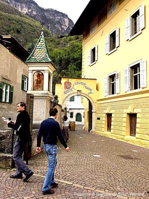 Einladend: Der Eingang zum Tòr Löwengang vom Weingut Alois Lageder