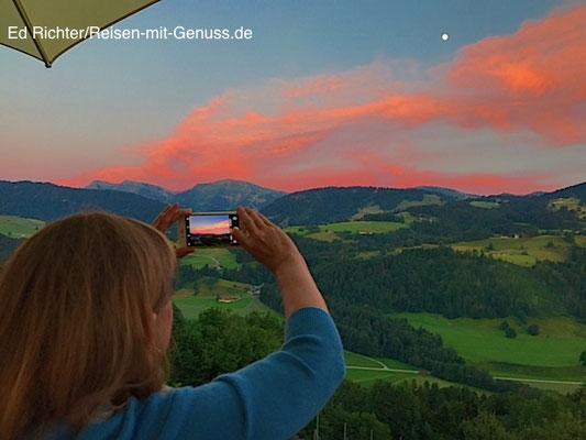 Bild im Bild: Ellen möchte auch ein schönes Foto vom Sonnenuntergang machen