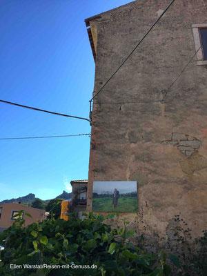 Hauswand als Museum: Fotos, die das sardische Leben zeigen, gehören auch zum Kunstprojekt