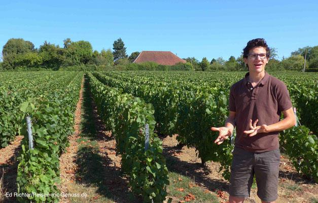 Benoit Velut zeigt uns seine Weinberge hinter dem Haus