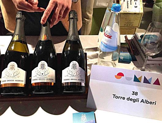 Von der Sonne geküsst: Die Trauben für die Spumante von Torre degli Alberi wachsen in Süd-/Südwestlage auf dem Hügel Pavese Oltrepò in der Lombardei
