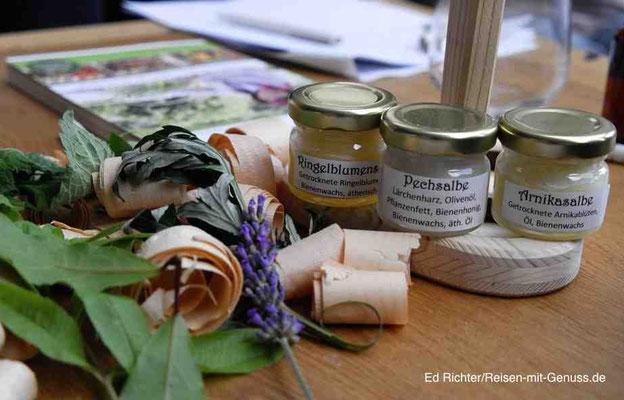 Salben, aber auch Sigrids Pflanzenführer kann man beim Workshop kaufen