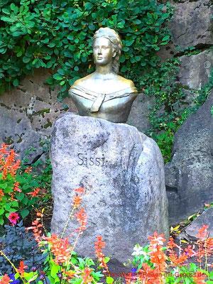 Sisi wurde ein Denkmal im botanischen Garten von Trauttmansdorff gesetzt - allerdings wird sie in Südtirol Sissi geschrieben, wenn sich der Künstler nicht auf dem Stein verschrieben hat