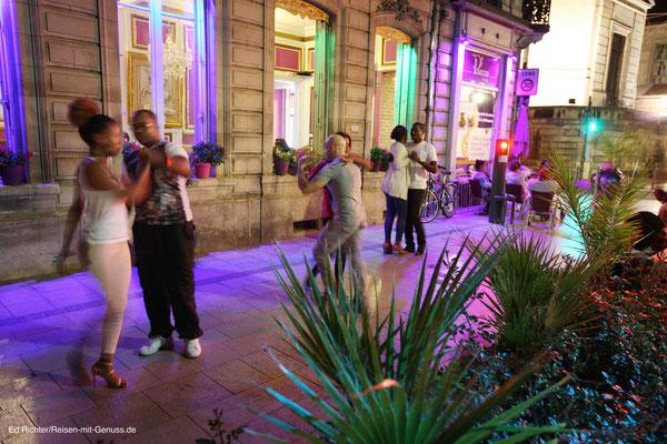 Hier geht die Post ab: Vor dem Plaza wird abends auf dem Gehweg getanzt