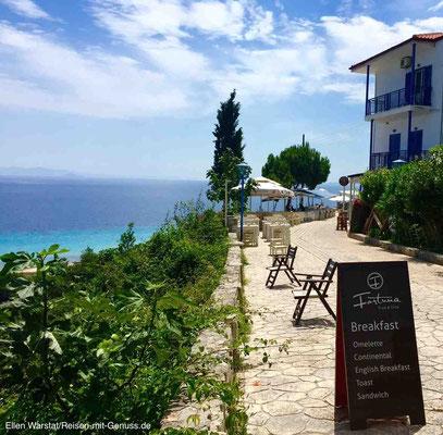 Hier sitzt man in der ersten Reihe: Promenade mit Meerblick in Afitos
