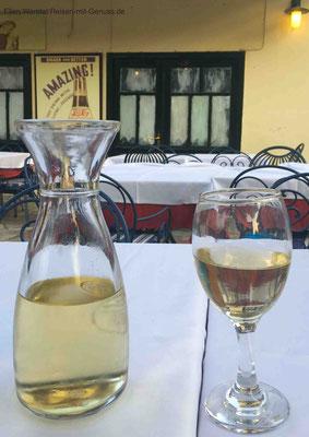 Sogar der weiße Hauswein im Anthoula überzeugt