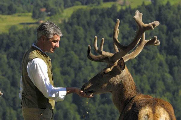 Chefs unter sich: Hans-Jörg Lingg und der Platzhirsch aus dem Wildgehege