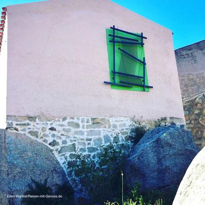 Klares Statement: Der Webstuhl an der Wand zeigt, wofür Aggius berühmt ist, die Webkunst