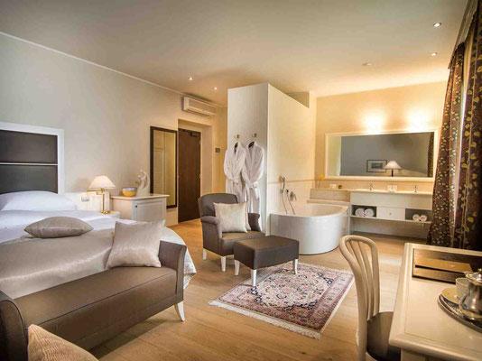 Die luxuriösen Zimmer sind in sanften Cremetönen gehalten