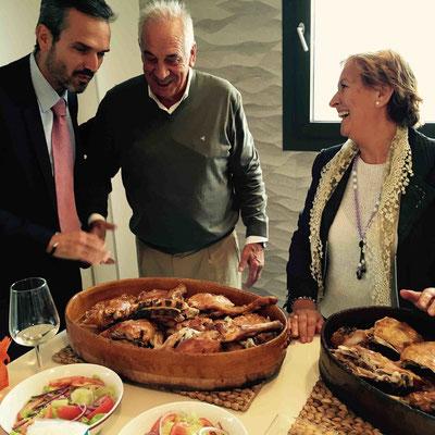 Der Präsident der D:O: Rueda (l.) und das Ehepaar Lorenzo Cachazo begutachten das Lamm, das gleich auf den Teller kommt