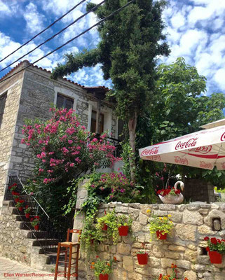 Blumen schmücken viele Häuser in Afitos