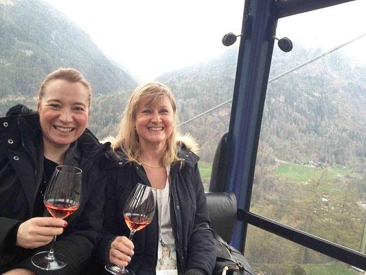 Cheers! Anja (l.) und Ellen auf der Fahrt zum iceQ