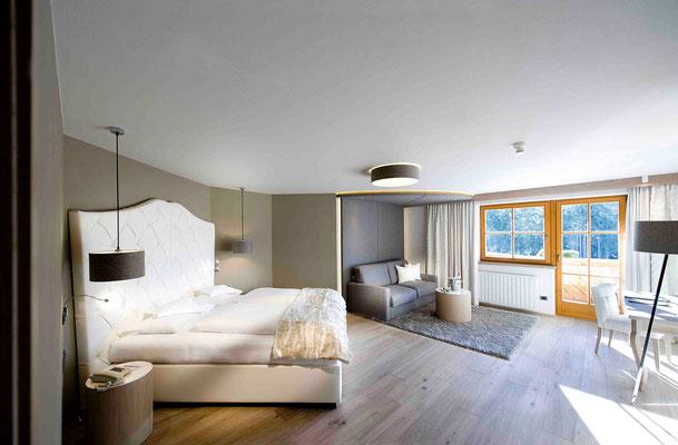 Schlafen im Wohlfühl-Ambiente: eine Suite im Genießerhotel Sonnalp