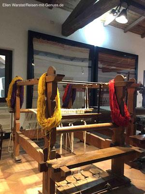 Noch heute in Gebrauch: die Webstühle im Museum. Die Wolle wird übrigens nur mit Naturfarben gefärbt
