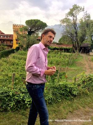 Winzer Stanislaus Schmid führt uns durch die Weinberge rund um Schloss Rametz