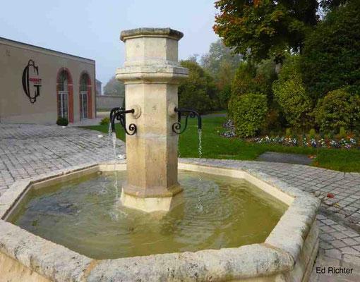 """Der Brunnen im Hof von """"Gosset"""". Schade, dass hier nur Wasser fließt. Champus wäre schöner ;-)"""