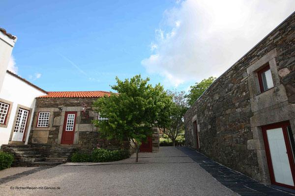 Alt und neu aufs Schönste vereint: Links das Hauthaus, rechts der umgebaute Pferdestall mit den Gästezimmern