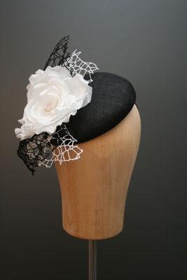 Kopfschmuck, Fascinator mit Blüte in schwarz-weiss