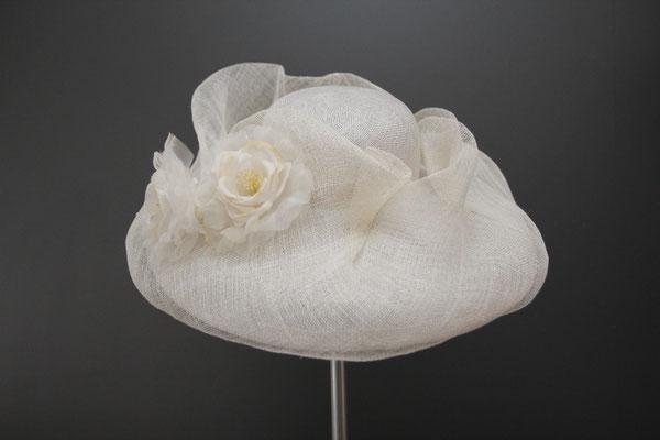 großer Hut für die Hochzeit mit Blüten